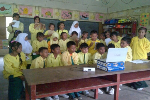 Anak-anak sedang menonton film sangkuriang cerita rakyat dari Jawa Barat